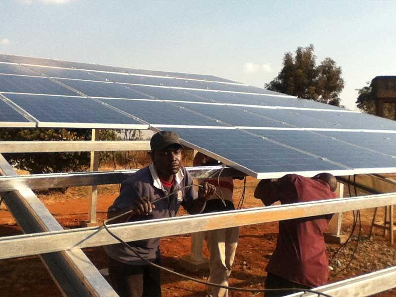 Proyecto solar de tierra fuera de la red 100KWp en Mozambique, agosto de 2012.