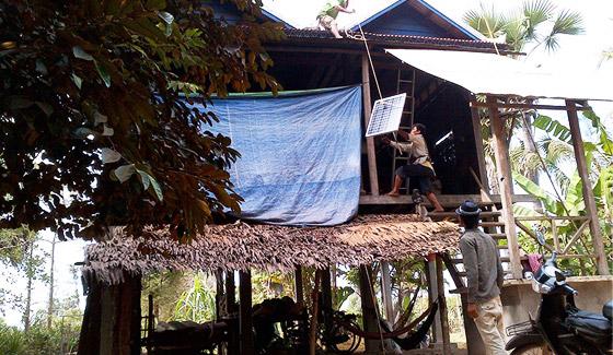 Restar hogar sistemas de energía solar fuera de la red 5000 conjuntos en Camboya, julio de 2011.