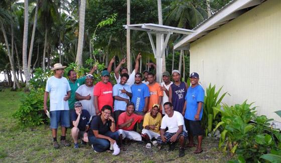 Restar instaló 3000 conjuntos de sistemas domésticos fuera de la red en las Islas Marshall, julio de 2012.